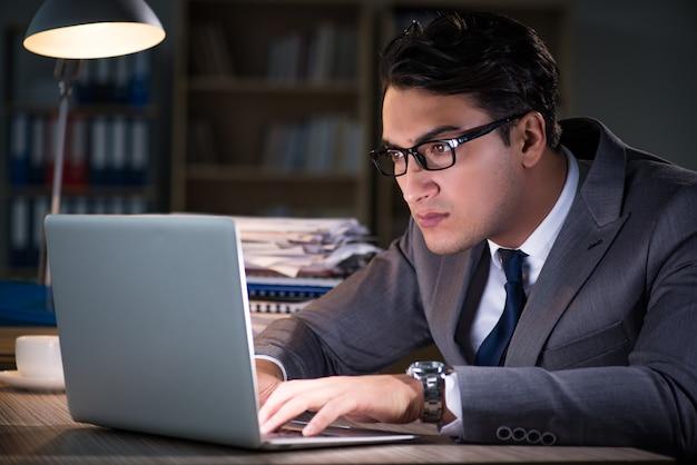 Mann für lange stunden im büro bleiben