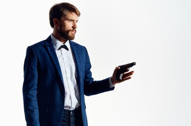 Mann geheimagent mit einer waffe in den händen eines verbrechens isolierten hintergrund