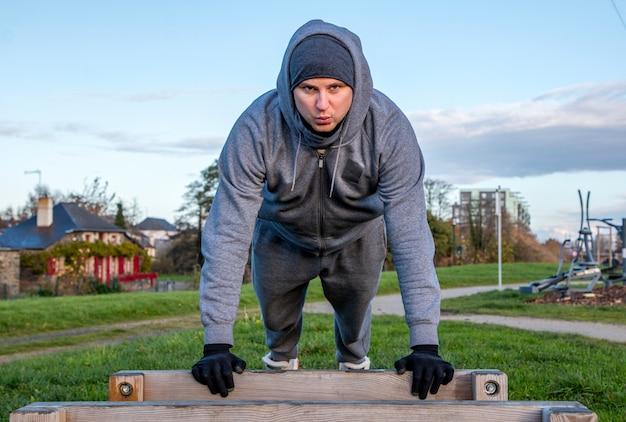 Mann gehen für sport im freien, training im freien, sport ist gesundheit