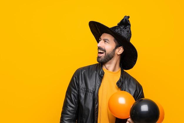 Mann gekleidet als zauberer für halloween
