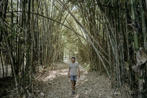 Mann genießen seine sommerferien in der tropischen insel