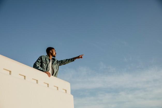 Mann genießt die aussicht auf die stadt los angeles vom griffith observatory, usa