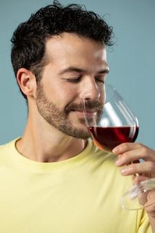 Mann genießt ein glas rotwein red