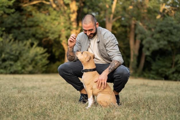 Mann genießt eine schöne zeit mit seinem hund