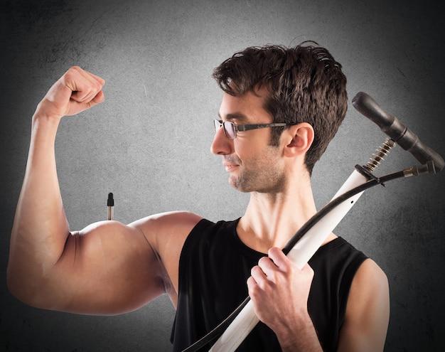 Mann geschwollene armmuskeln mit einer pumpe