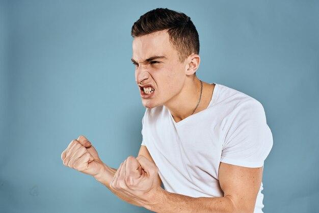 Mann gestikuliert mit seinen händen emotionen weißen t-shirt ausdruck blauen hintergrund.