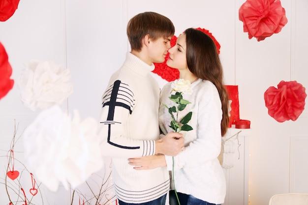Mann gibt einer frau eine rose am valentinstag