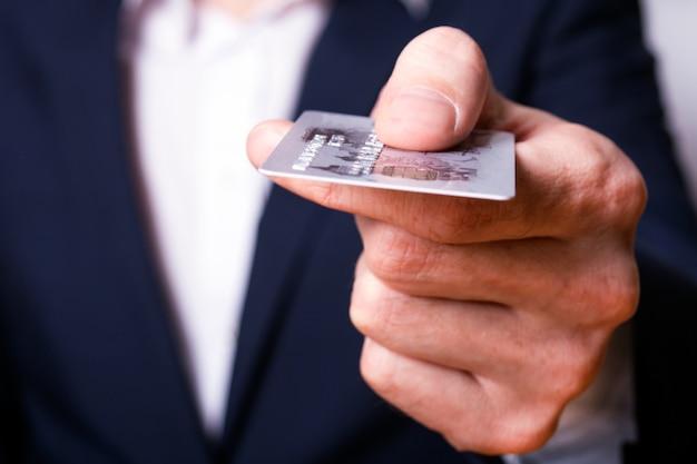 Mann gibt kreditkarte