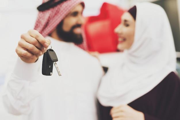 Mann gibt seiner freundin autoschlüssel