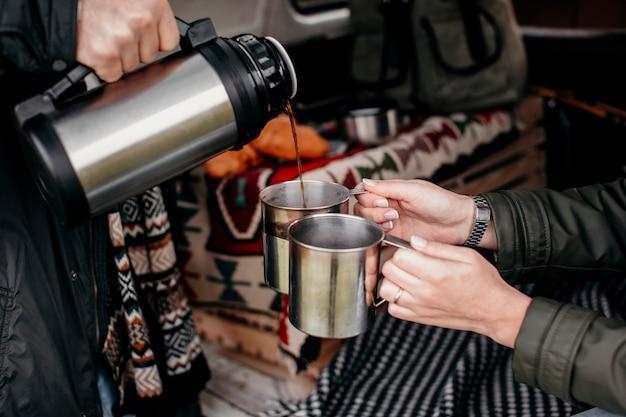 Mann gießt kaffee für seine freundin ein