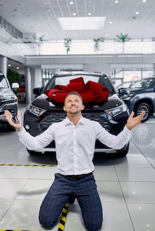 Mann glücklich über sein neues auto