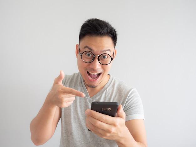 Mann glücklich, was im smartphone zu sehen.
