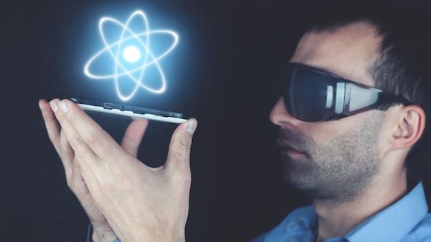 Mann hält atom