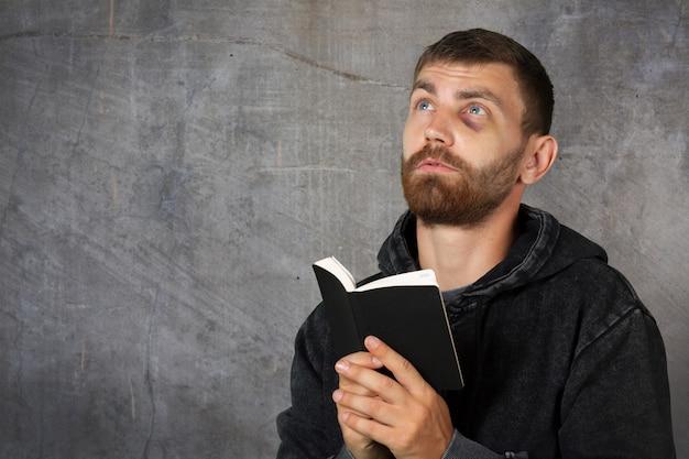 Mann hält bibel
