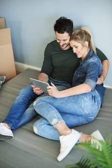 Mann hält digitales tablet