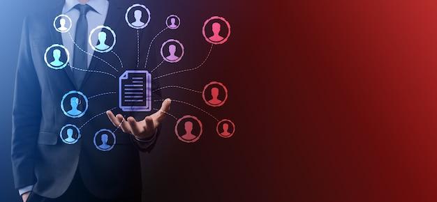 Mann hält dokument und benutzersymbol. unternehmensdatenmanagementsystem dms und dokumentenmanagementsystemkonzept. geschäftsmann klickt oder veröffentlicht ein dokument, das mit unternehmensbenutzern verbunden ist