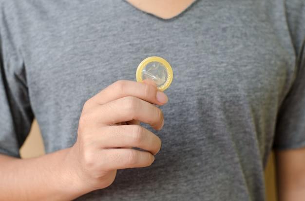 Mann hält ein kondom