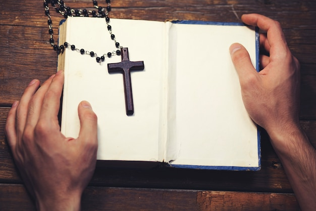 Mann hält eine bibel