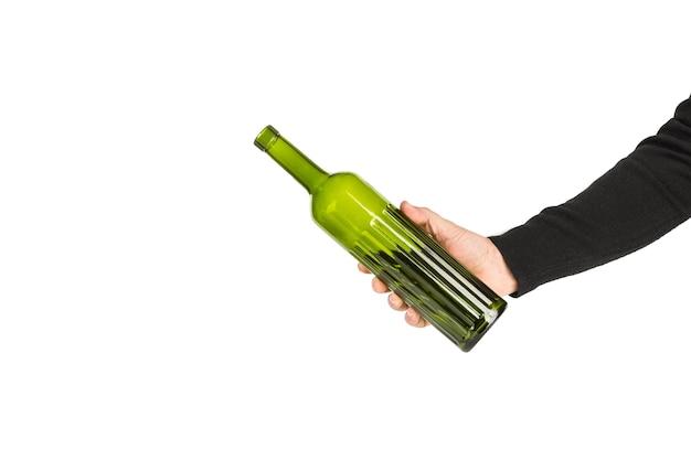Mann hält eine leere grüne flasche auf weißem hintergrund