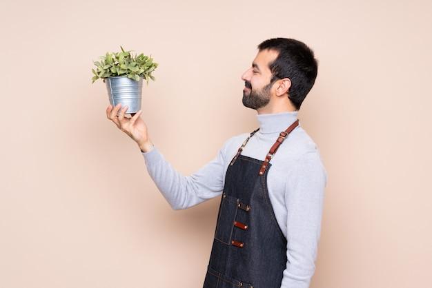 Mann hält eine pflanze