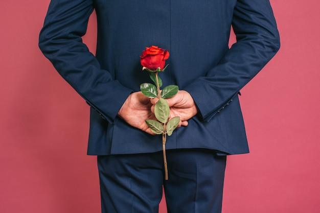Mann hält eine rose