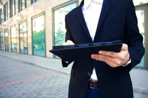 Mann hält eine tablette in der hand