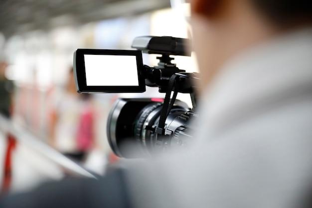Mann hält eine videokamera