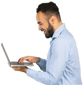 Mann hält einen laptop