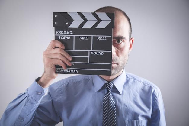 Mann hält filmklöppel. film machen