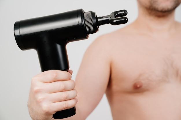Mann hält massagepistole