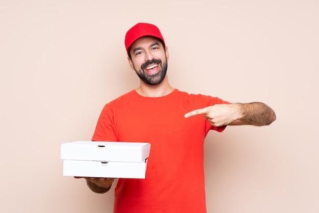 Mann hält pizzakartons