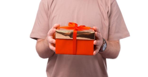 Mann hält rote geschenkbox