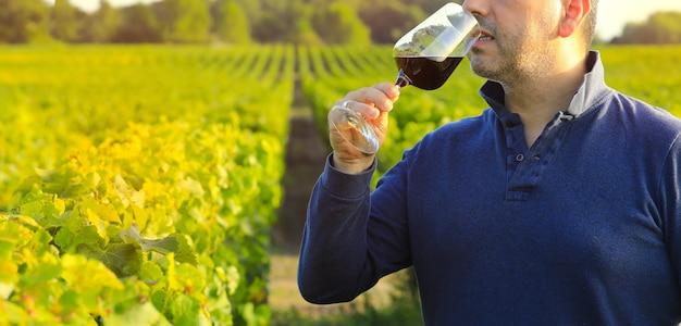 Mann hält rotweinglas