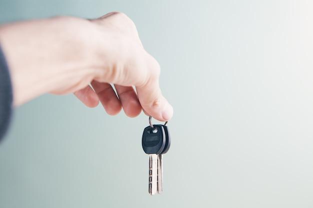 Mann hält schlüssel in seinen händen