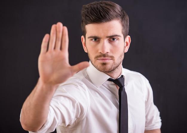 Mann hält seine hand hoch