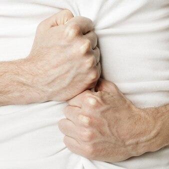 Mann hält sich vor schmerzen oder verdauungsstörungen den bauch