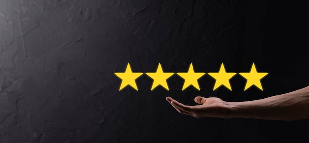 Mann hält smartphone in händen und gibt positive bewertung, symbol mit fünf sternen, um die bewertung des unternehmenskonzepts auf blauem hintergrund zu erhöhen. kundenservice-erfahrung und umfrage zur geschäftszufriedenheit.
