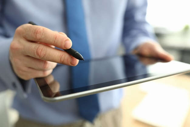 Mann hält tablette und digitale zeichen