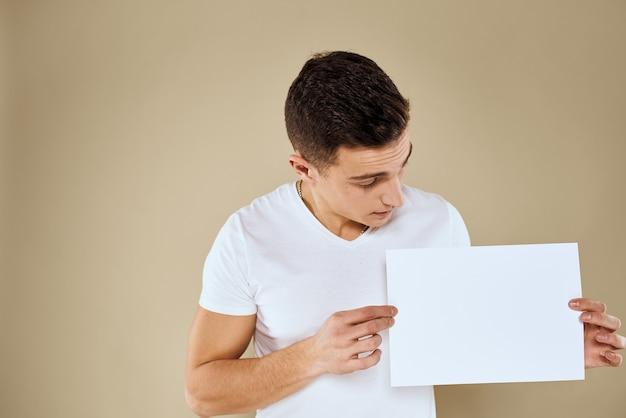 Mann hält weißes blatt papier in der hand plakatwand kopie raumbüro