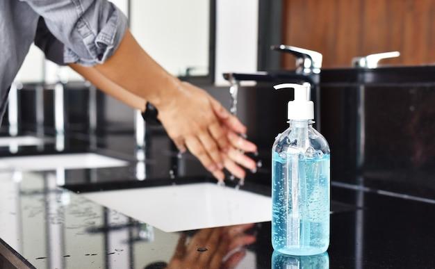 Mann händewaschen mit seife, hygienekonzept