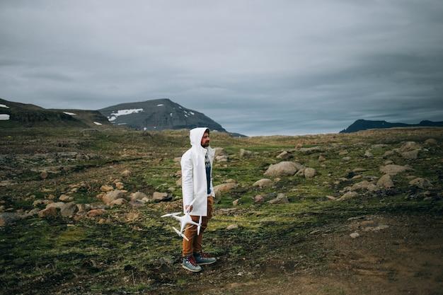 Mann halten drohne und fernbedienung in island