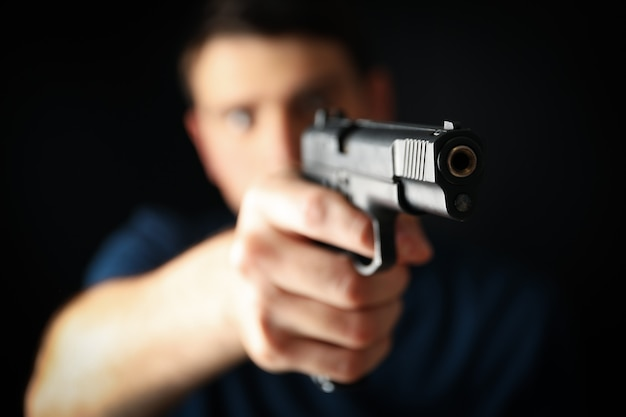 Mann halten pistole. selektiver fokus. selbstverteidigungswaffe
