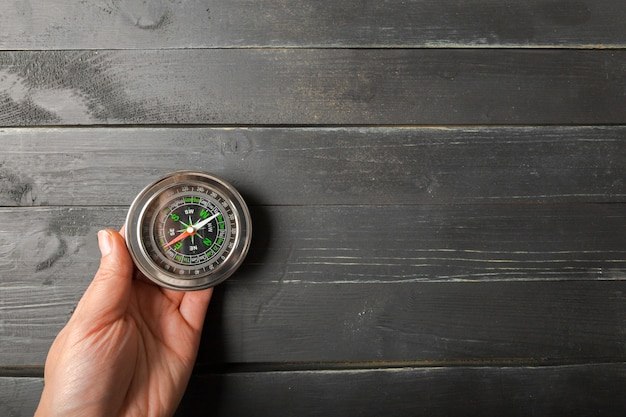 Mann-hand, die chrom-kompass hält