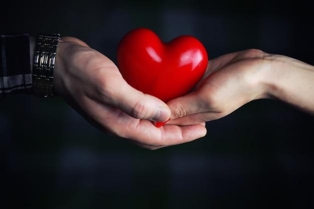 Mann hand geben valentinstag herzpaar