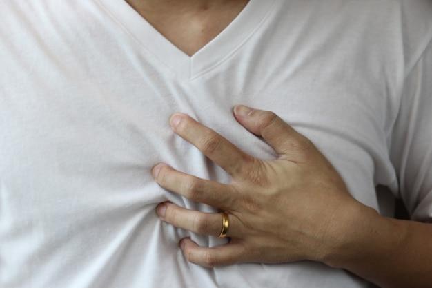 Mann hand halten auf der brust