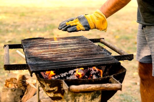 Mann hand in hand überprüfen grilltemperatur für das grillen