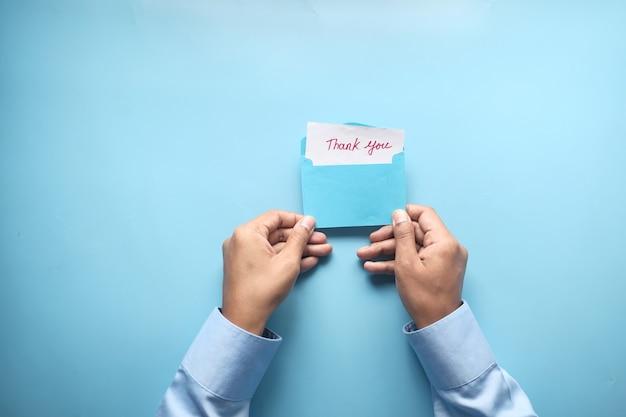 Mann hand liest einen dankesbrief