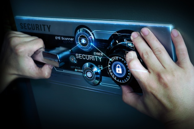 Mann hand offen safe mit cyber-sicherheit schützen konzept.