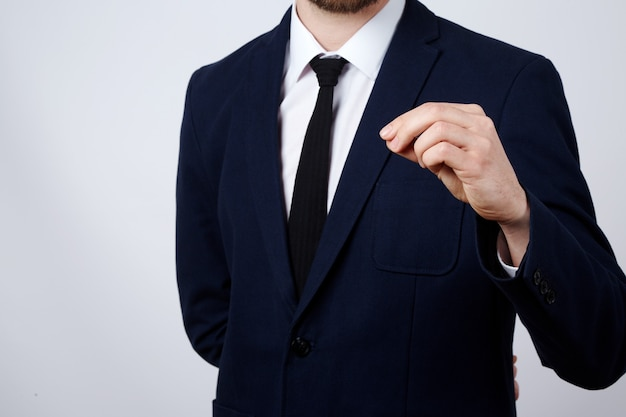 Mann hand tragen anzug zeigt eine zeichenwand, nahaufnahme, geschäftskonzept, geste, mock-up.