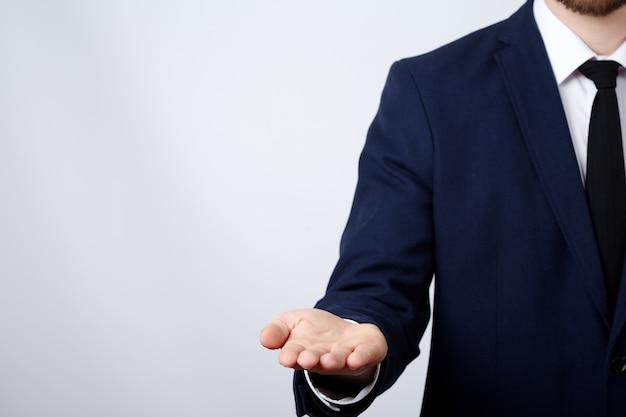 Mann hand tragen anzug zeigt eine zeichenwand, nahaufnahme, geschäftskonzept, gesten, halten, verspotten.